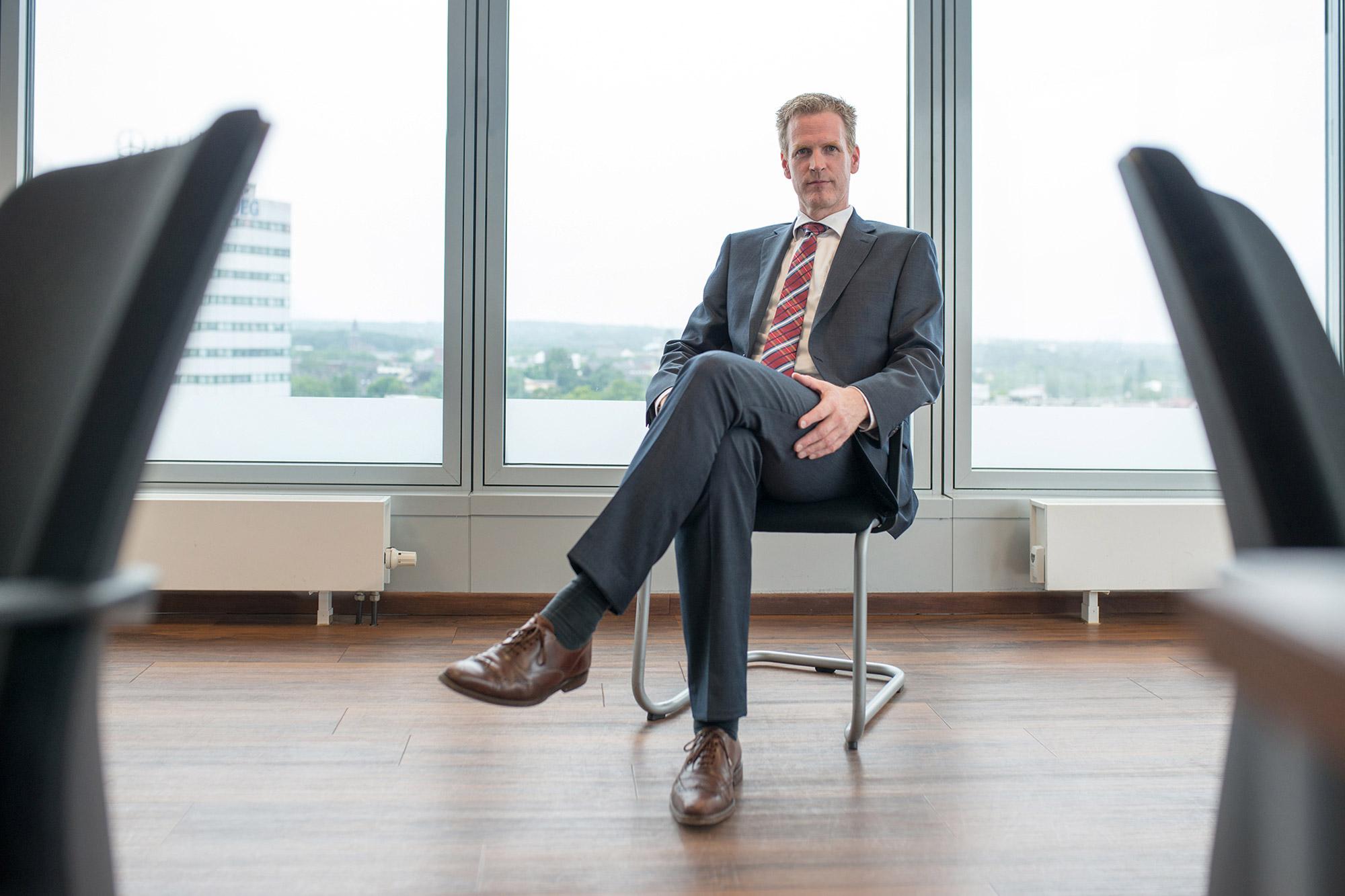 Unternehmenschef in mitten seines Büros