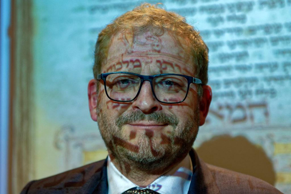 """Der Direktor des """"Joods Historisch Museum"""" am 12. Dezember 2017 nach seiner Rede anlässlich der Vorstellung des Machsor im Licht des Beamers"""