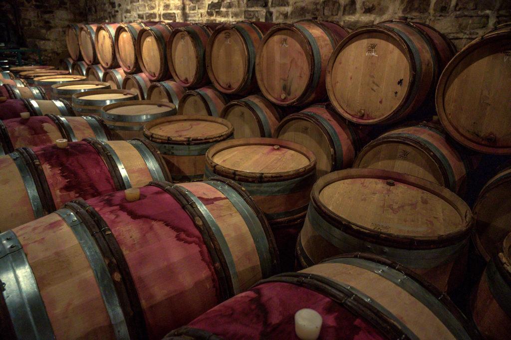 Weinfässer im Weinkeller des polnisch-stämmigen Winzers Christophe Bryczek in Morey-Saint-Denis im Burgund
