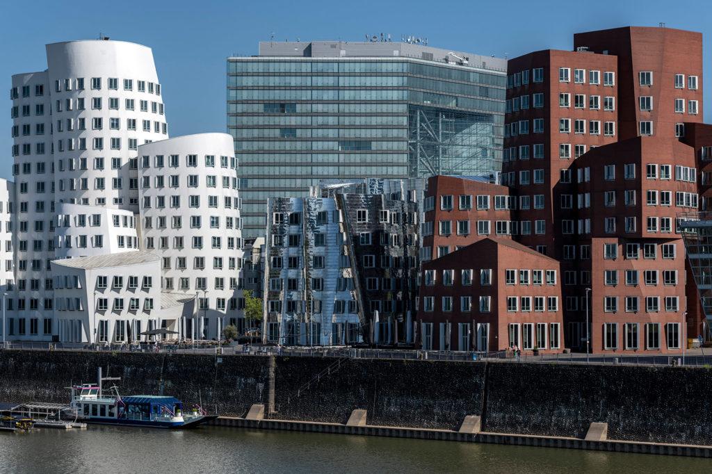 Der Neue Zollhof im Düsseldorfer Hafen. Das Design stammt von dem kanadisch-US-amerikanischen Architekten Frank Owen Gehry