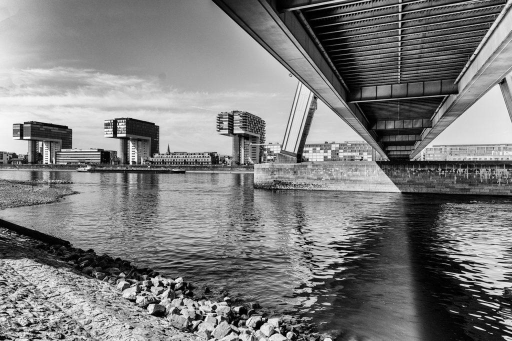 Die drei Kranhauser im Rheinauhafen zu Köln mit angeschnittener Unterseite der Severinsbrücke