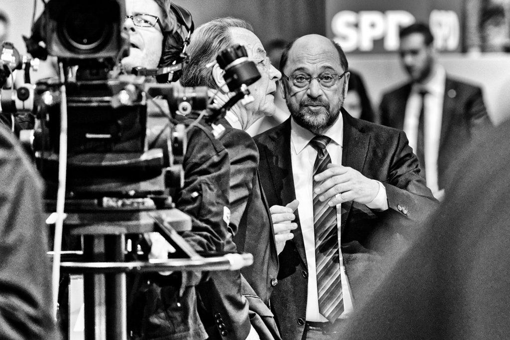 Martin Schulz beim SPD-Sonderparteitag im WCCB in Bonn im Gespräch mit Franz Müntefering
