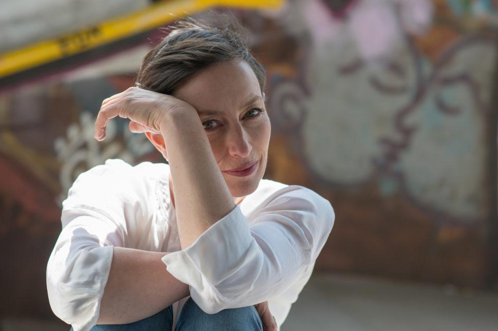 Portrait der Autorin und Regisseurin Barbara Bisicky (Bišiský)-Ehrlich ganz entspannt.