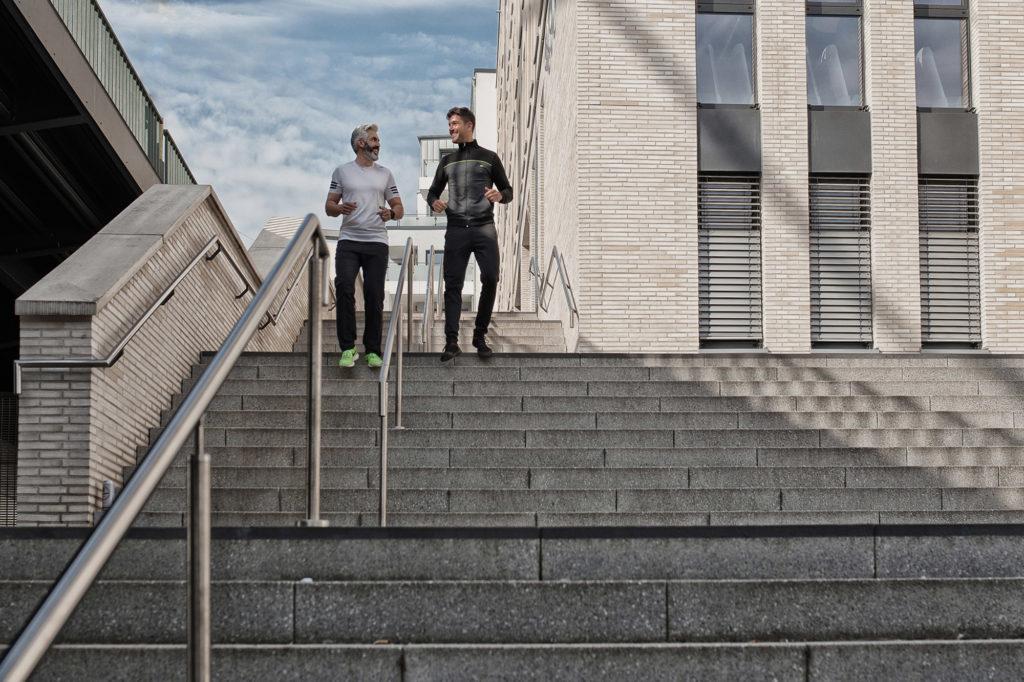 Ein Fitnesstrainer begleitet seinen Kunden bei den Übungen