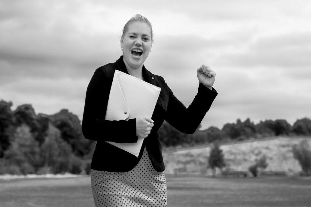 Geschäftsfrau auf dem Weg in ihr Büro nach erfolgreicher Verhandlung